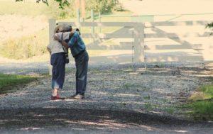 老夫婦抱き着き